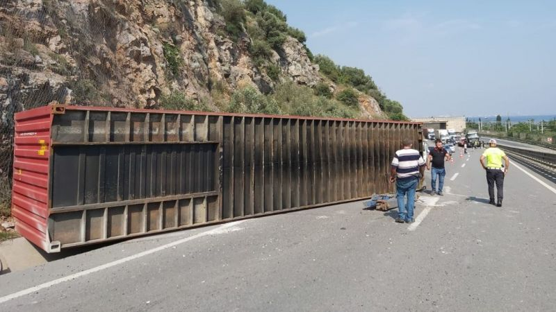 Konteyner yola düştü, trafik kilitlendi