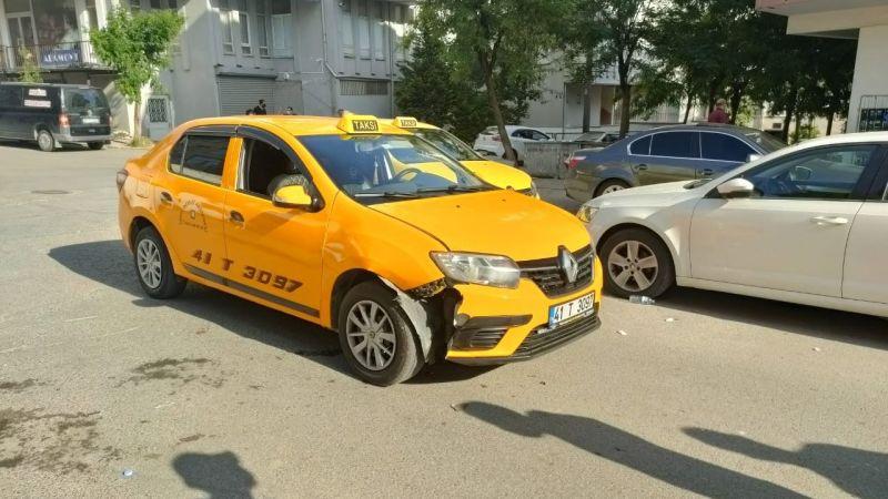 Yolun karşısına geçmek isteyen gence taksi çarptı
