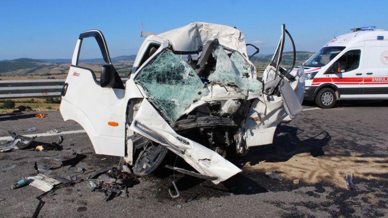 Kamyonet kamyona çarptı: 1 ölü, 1 yaralı