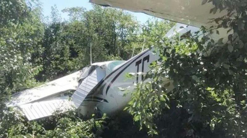Kocaeli'den kalkan eğitim uçağı bahçeye indi