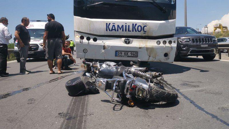Otomobile çarpan motosiklet otobüsün altına girdi: 2 yaralı