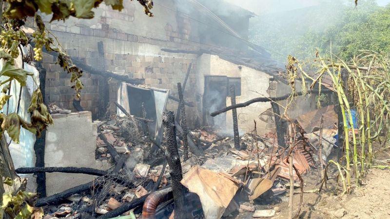 Evde çıkan yangın kulübeye sıçradı