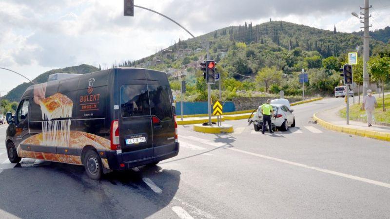 Panelvan ile otomobil çarpıştı: 3 yaralı