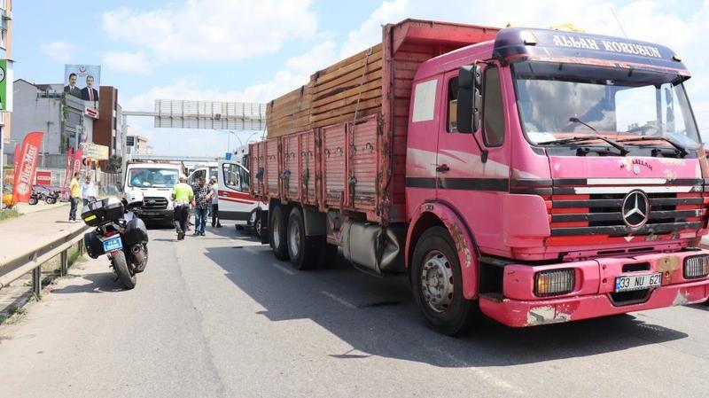 Kamyon ile kamyonet çarpıştı, enerji panoları yola düştü