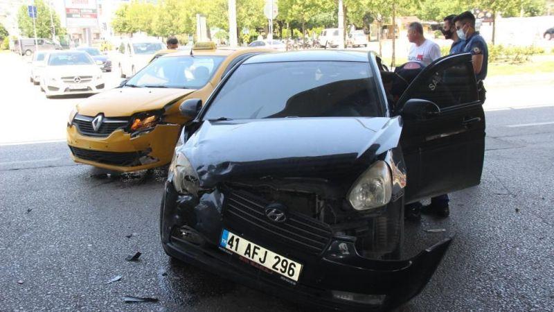 Otomobil ile taksi kafa kafaya çarpıştı: 2 yaralı