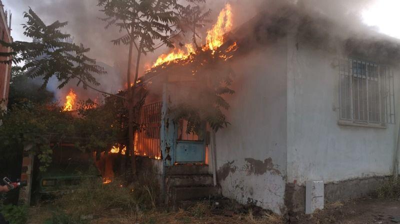 Evde çıkan yangını itfaiye güçlükle söndürdü