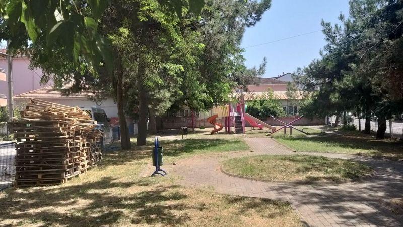 Çocuk parkındaki tahtalar neden günlerdir kaldırılmıyor?