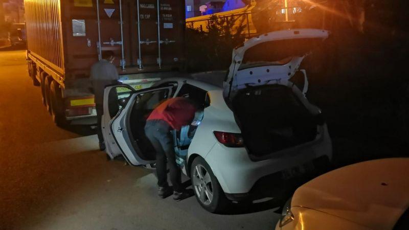 Yakalanacaklarını anlayan hırsızlar çalıntı aracı bırakıp kaçtı
