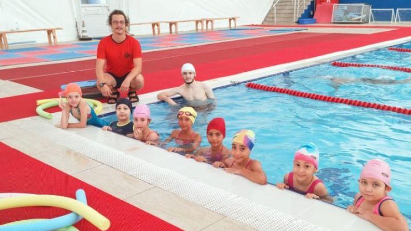 Ücretsiz yüzme kurslarında eğitim devam ediyor