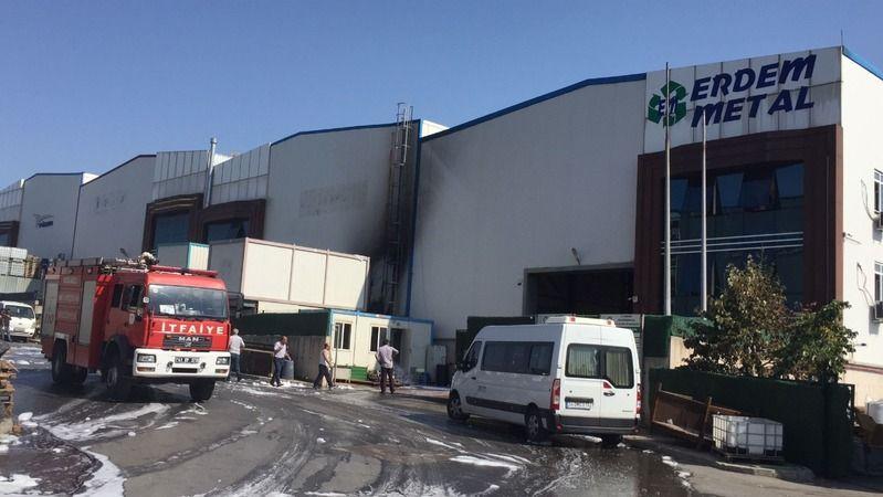 Fabrikanın önündeki kağıtlar tutuştu