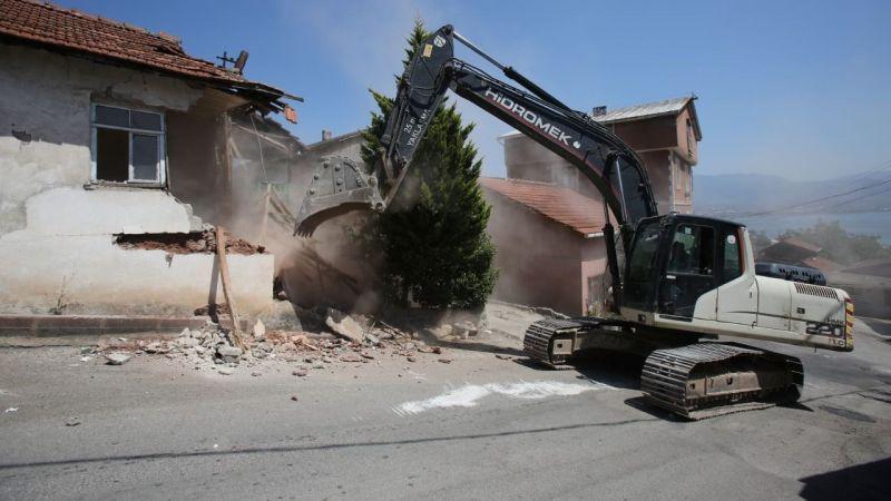 Zabıtan'daki hasarlı bina yıkıldı