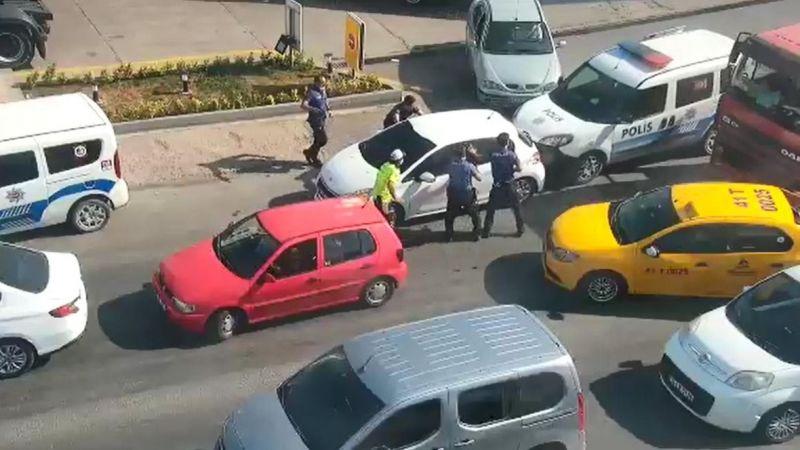 Çalıntı otomobille polis araçlarına çarptılar, kaçarken yakalandılar