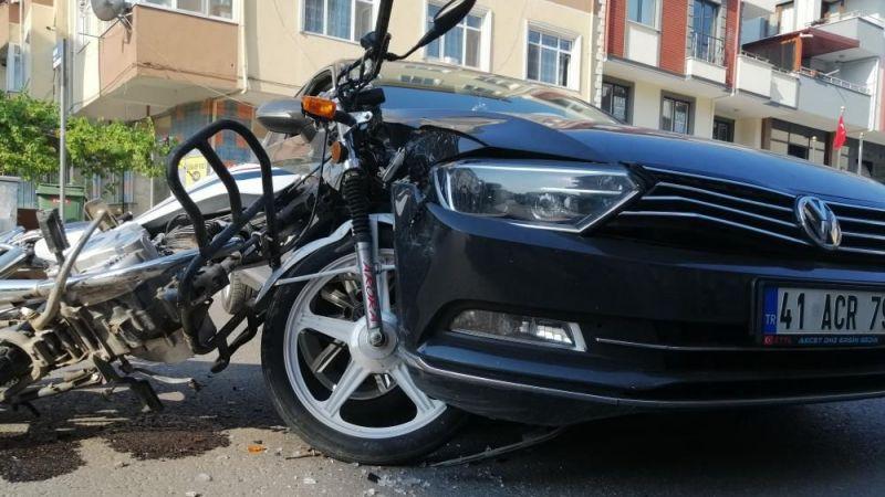 Kasksız motosikletli çarptığı otomobilin üzerinden takla attı