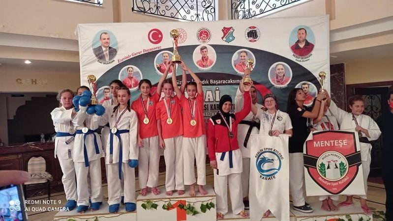 Kartepeli karateciler madalyalarla döndü