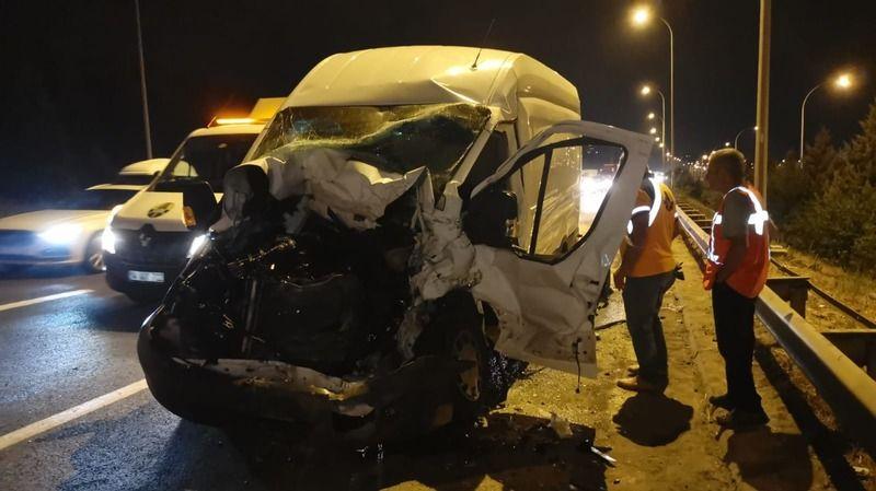 Otoyolda korkutan kaza! Arıza yapan kamyonete çarptı