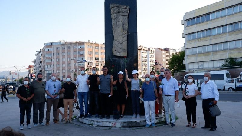 TMMOB Kocaeli, deprem anıtına gül bıraktı