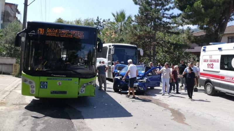Belediye otobüsü ile otomobil çarpıştı: Anne ve oğlu yaralandı