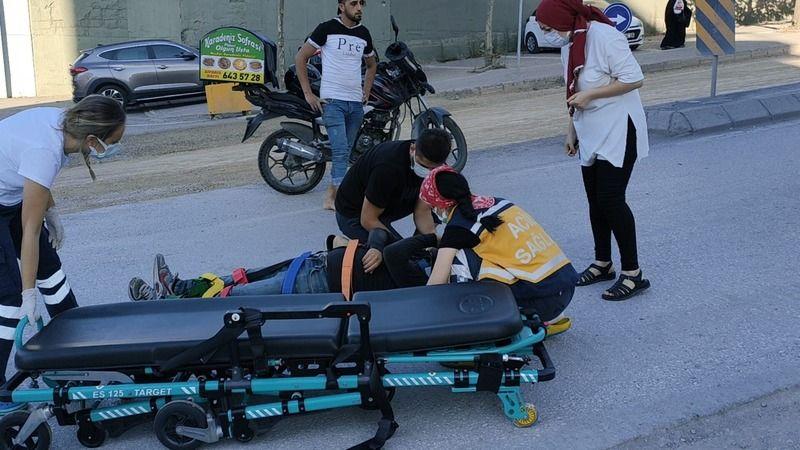 Motosikletli kurye kaldırıma çarparak yere düştü