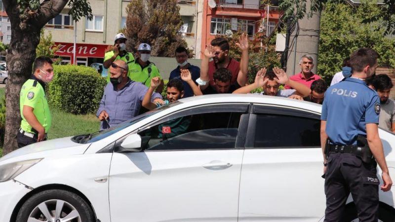 Dur ihtarına uymayan otomobilden 6 kaçak göçmen çıktı