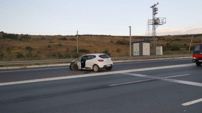 Park halindeki otomobillere çarptı: 2 yaralı