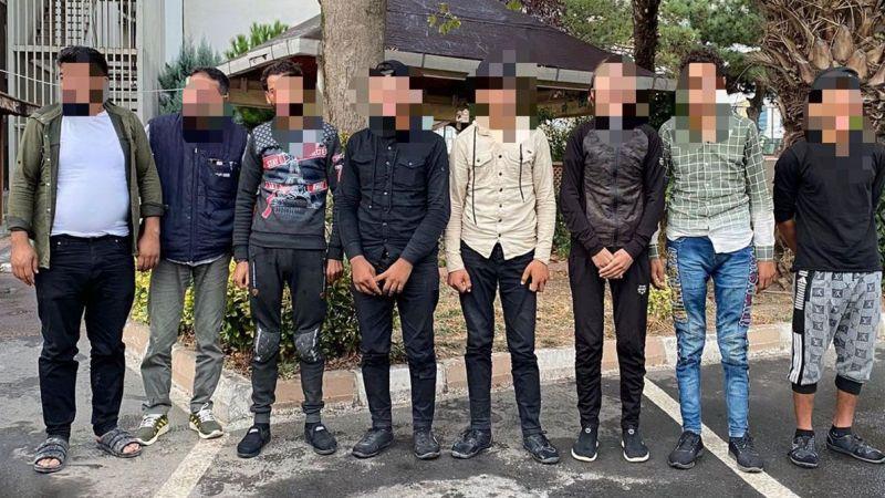 Aracın bagaj ve yolcu kısmından 8 kaçak göçmen çıktı