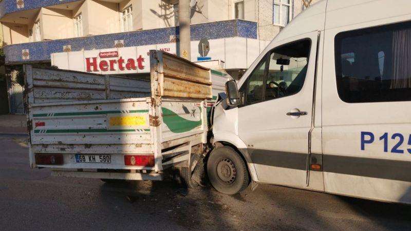 Servis minibüsü kamyonetle çarpıştı