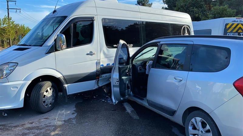 Servis minibüsü otomobille çarpıştı: 4 yaralı