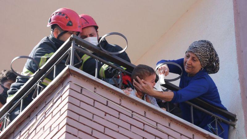 Demir parmaklıklara kafası sıkışan çocuğu itfaiye ekipleri kurtardı