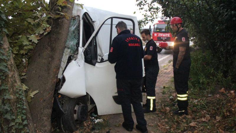 Asırlık çınar ağacına çarpınca araç içinde sıkıştı