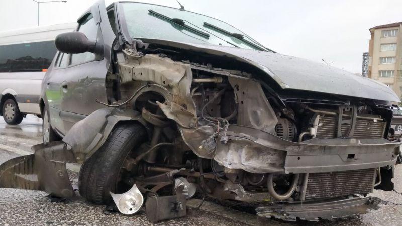 Kontrolden çıkan otomobil bariyerlere vurdu