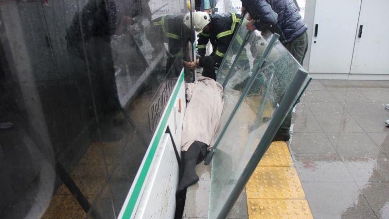 Yaşlı kadın basamak ile tramvay arasında sıkıştı