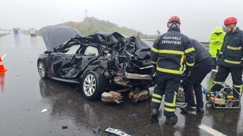 Yağmurla kayganlaşan yolda otomobil tıra çarptı: 1 ölü