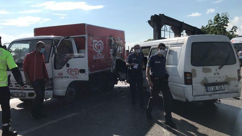 Panelvan ve kamyonet kafa kafaya çarpıştı: 3 yaralı