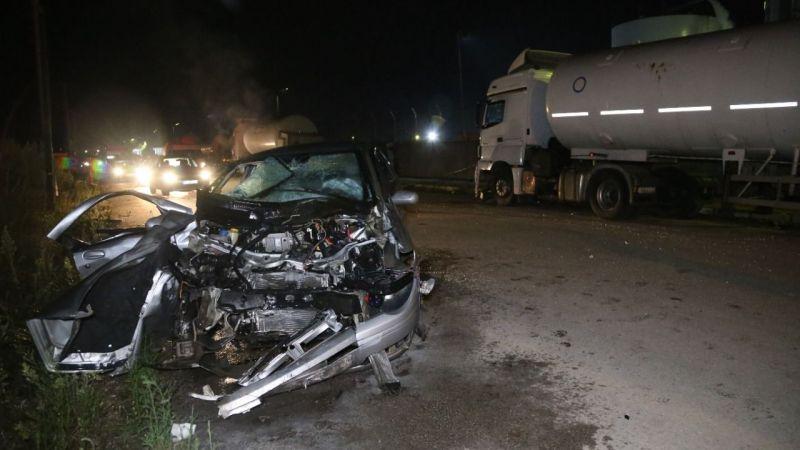 Otomobil park halindeki tankere çarptı, küçük çocuk camdan yola fırladı: 1'i ağır 3 yaralı