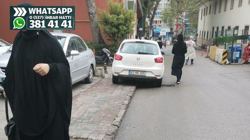 Polis karakolu önünde kaldırıma park ediliyor