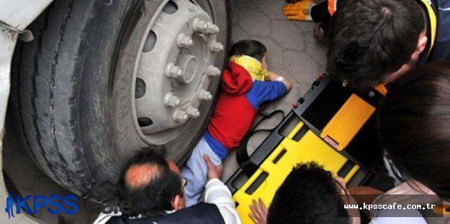 Sivas'ta yaşanan feci kazada kamyonun altında kaldı