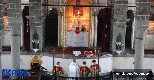 Diyarbakır'da Kilisede Paskalya Bayramı Kutlandı!