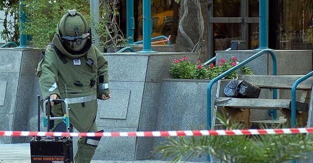 İzmir'de polis merkezi önüne bırakılan paketten bomba çıktı