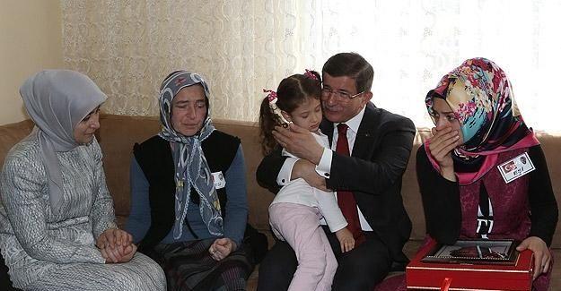 Başbakan Davutoğlu şehit ailesini ziyaret etti