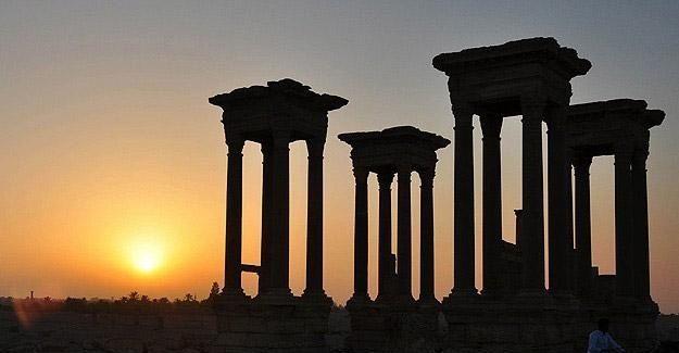 DAEŞ Palmira'da tarihi tapınağı yıktı