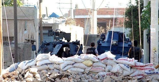 Diyarbakır'da polise roketatarlı saldırı: 1 şehit, 1 yaralı