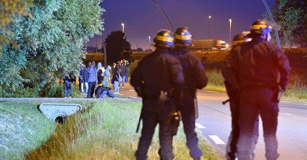 Fransa'da göçmenler Manş Tüneli'ni kapattı