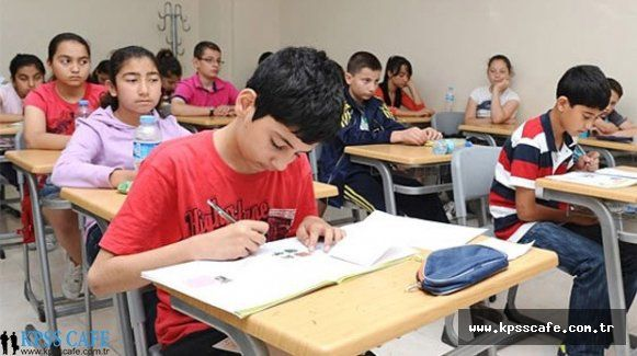 Kaymakamlıktan TEOG Öğrencilerine Kitap Hediyesi