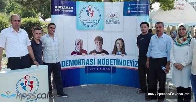 Gençler Demokrasi Nöbetine Devam Ediyor