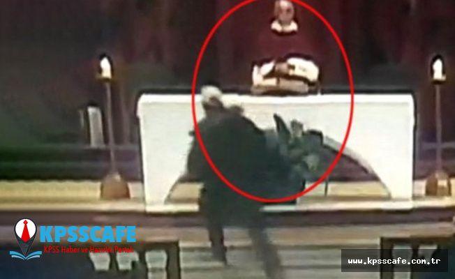 Cemaatin içinden fırlayıp papazı bıçaklamaya başladı