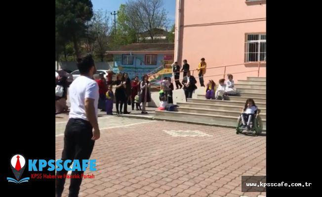 O öğretmen yine sahnede: Engelli öğrencisiyle dans etti