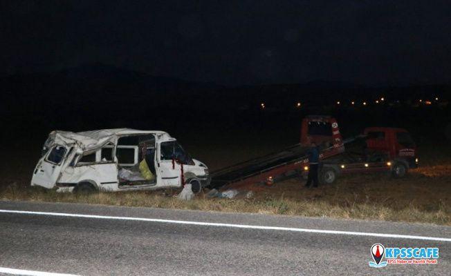 Niğde'de işçileri taşıyan minibüs takla attı: 4'ü ağır 14 yaralı