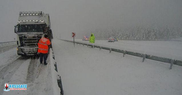 Kar yağışı yolu kapattı! Ulaşım sağlanamıyor...