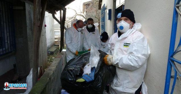 Pendik'te bir evden yaklaşık 20 ton çöp çıkarıldı