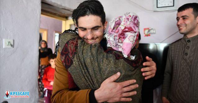 Elleriyle kazıyarak enkazdan kurtarmıştı.Depremden sonra tekrar bir araya geldiler.